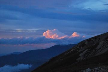 夕日の色が雲に反射。 大日岳に掛かる。