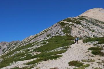 「頂上はあそこけ?」 「いいえ、あれは避難小屋で、その先です。」 暑い中、まだ40~50分上りです。ガンバ!