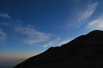 薬師の左奥に大日岳が、朝もやに包まれ、幻想的でした。