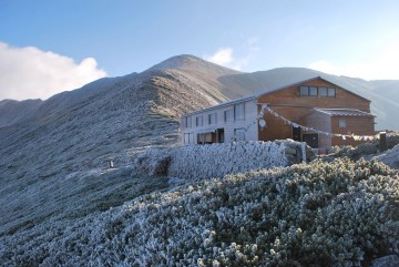 初雪の白さでは有りません。 山全体が凍り付いたんです。