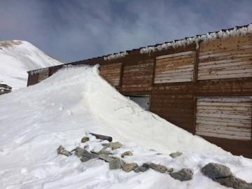 玄関が雪の壁で完全に塞がれています。 小屋が無事であればそれでいいのです。どうせ雪なんか解けるんだから。
