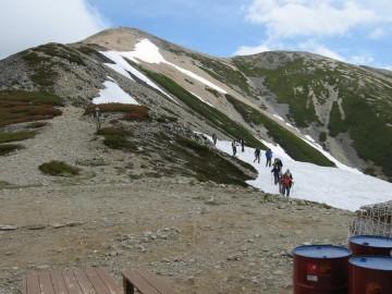 雪上歩き体験 いつもはもっと上部から全面雪渓が残ってるのに、今年は探さないといけません。