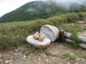 五光岩ベンチを過ぎて少し歩くと、見かけます。 真っ二つに割れた石。仏の台座みたい。