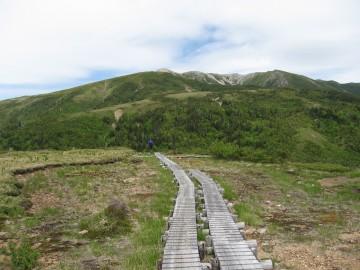 これから登る薬師峠が見えます。雪は消えてます。