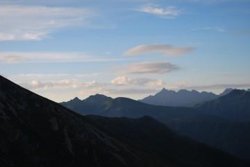 微妙な雲が掛かっています。 「週末の台風、ヤメテ!」って、小屋の人達、登山者が、ねがっています。