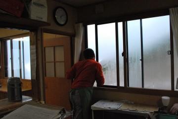 「シュコシ、アカルイネ」 水は満タン。 外は霧雨。 ラクパの願いは、晴れ!
