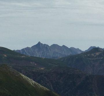 槍ヶ岳がいつもより大きくそびえ立ってます。