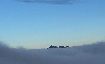 雲海の上に、槍、大喰岳、中岳、南岳、 の三山だけ抜け出てました。