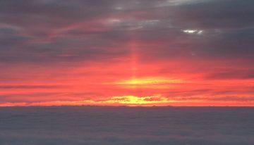 雲間に夕陽が燃え、一本の陽の柱が立ちました。珍しい光景です。